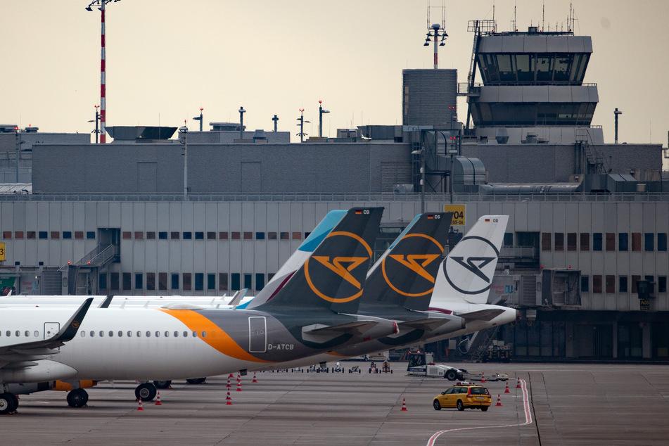 Flugzeuge stehen am Düsseldorfer Flughafen: Das Land NRW plant in der Nähe des Flughafens die Errichtung eines Abschiebegefängnisses.