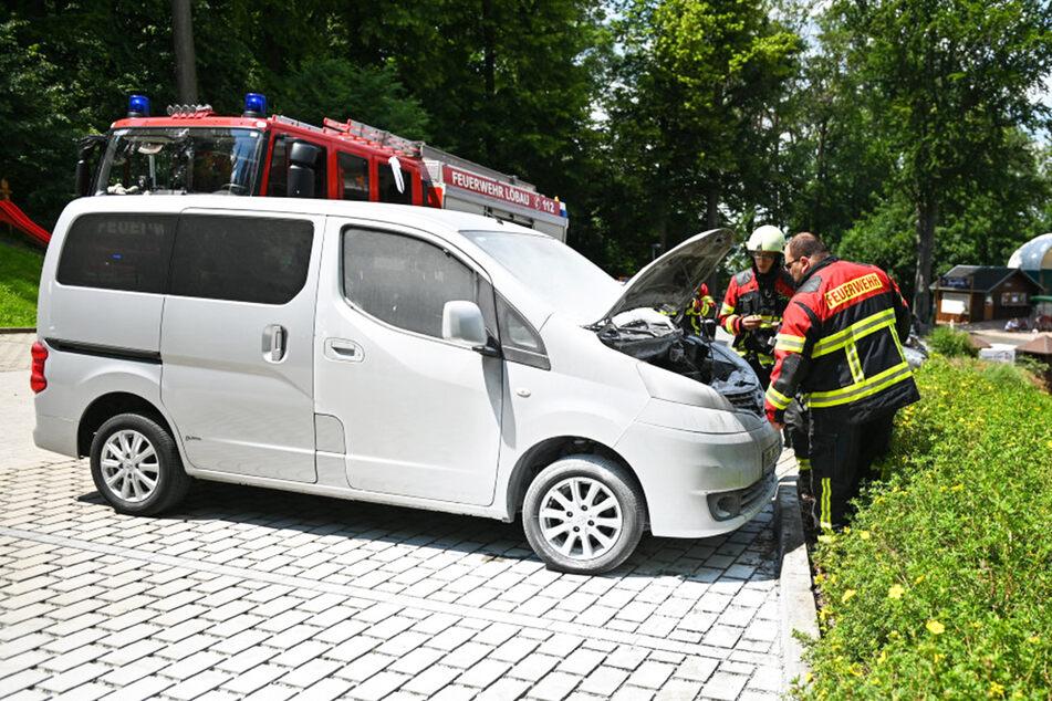 Der Nissan NV200 geriet vermutlich wegen eines technischen Defekts in Brand.