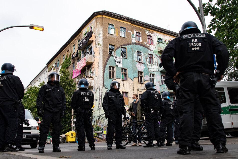 Die Berliner Polizei durchsucht das Haus in der Rigaer Straße 94.