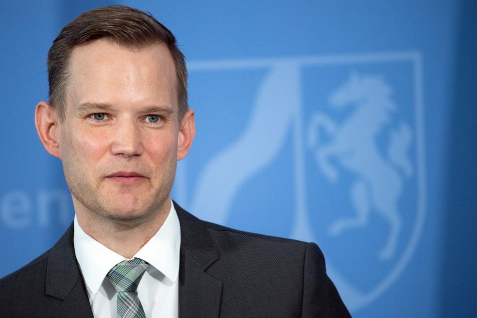 9. April, Düsseldorf: Hendrik Streeck, Direktor des Institut für Virologie an der Uniklinik in Bonn, spricht während einer Pressekonferenz der Landesregierung von Nordrhein-Westfalen.