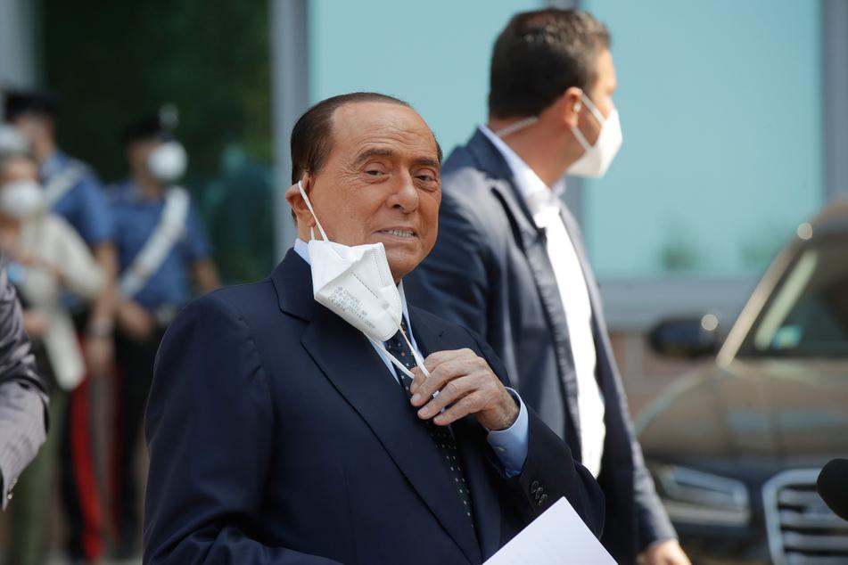 Silvio Berlusconi, ehemaliger Premierminister von Italien, passt seinen Mund-Nasen-Schutz an, während er das Krankenhaus San Raffaele verlässt.