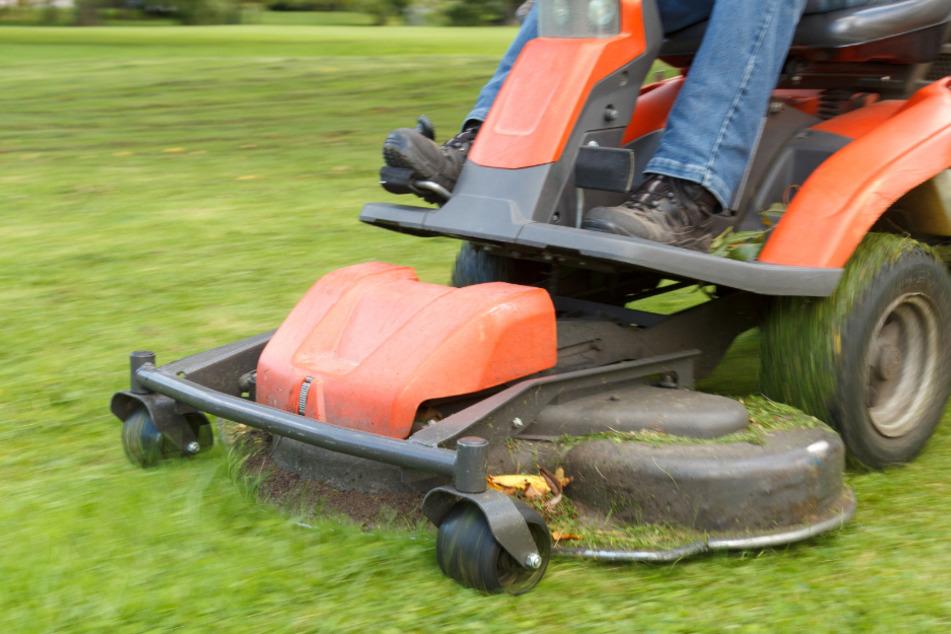 Tragischer Unfall: Mann stirbt beim Rasenmähen