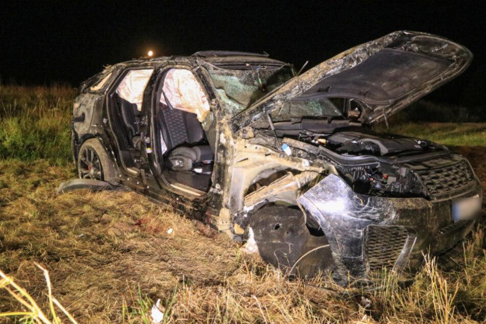 Der SUV überschlug sich mehrmals und kam auf einem Acker zum Stehen.