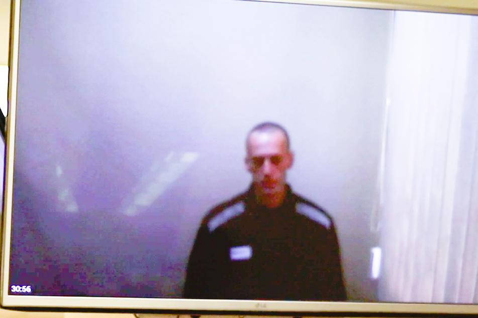 Das vom Babuskinsky Bezirksgericht zur Verfügung gestellte Videostandbild zeigt den russischen Oppositionsführer Alexej Nawalny auf einem TV-Bildschirm während einer Anhörung.