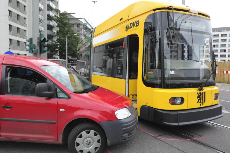 Bahn und VW Caddy wurden nur leicht beschädigt.