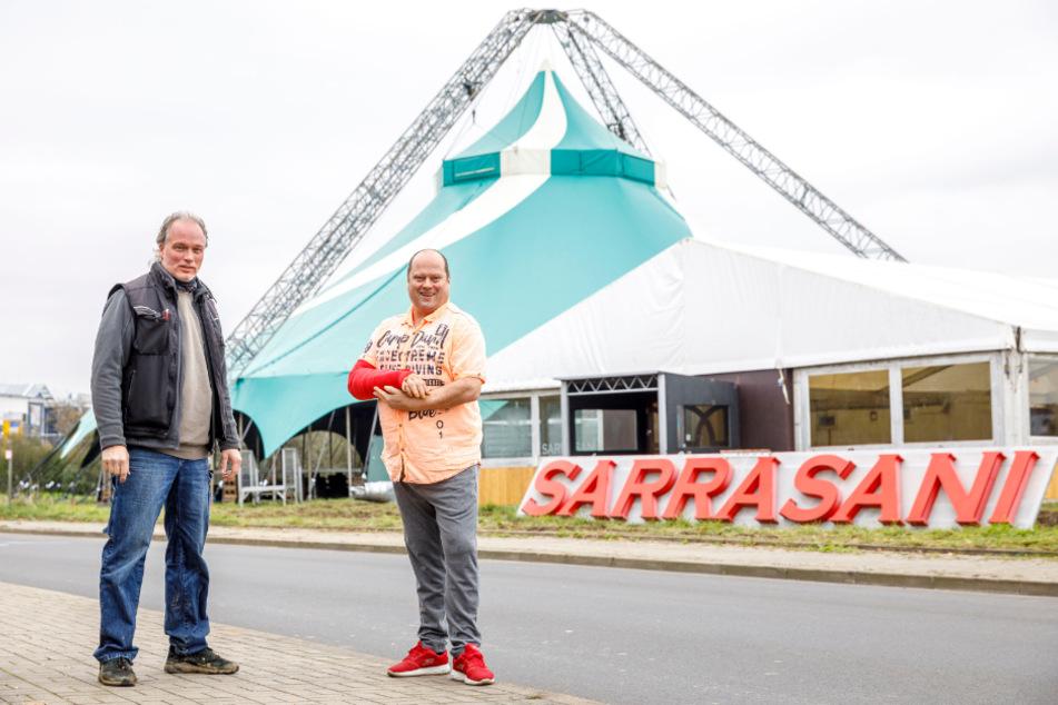 Mario D. (52, l.) besucht André Sarrasani (48) beim Zeltaufbau am Elbe Park. Ohne schnelle Erste Hilfe und tolle Ärzte hätte Mario den Unfall vielleicht nicht überlebt.