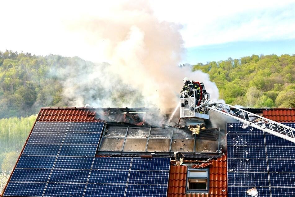 Dresden: Feuerwehreinsatz in Graupa: Einfamilienhaus steht in Flammen