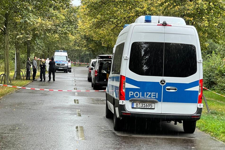 Polizisten sichern den Tatort. Die Ermittler gehen von einem Tötungsdelikt aus.