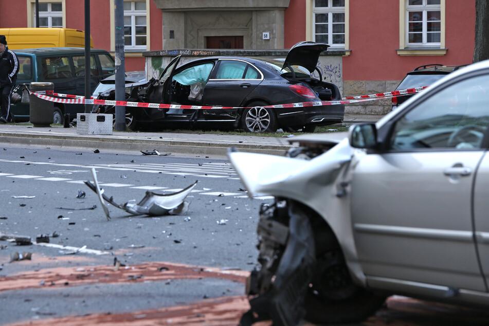 Die Unfallstelle nach dem Crash: im Vordergrund der demolierte Toyota, der um die eigene Achse gedreht wurde. Auf der anderen Straßenseite blieb der schrottreife Benz liegen.