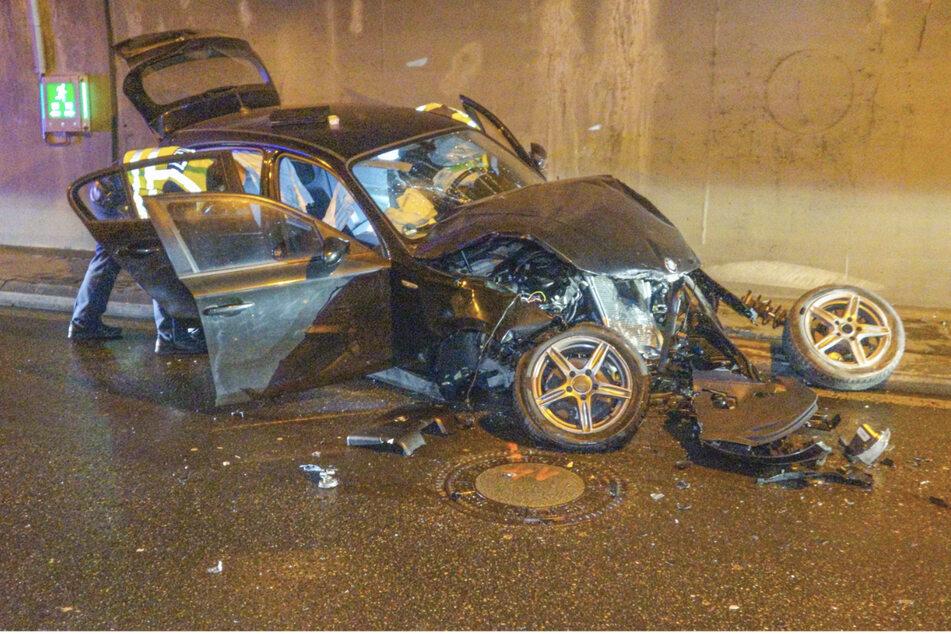 Der Wagen wurde bei dem Unfall stark deformiert. Die Fahrerin wurde schwer verletzt.