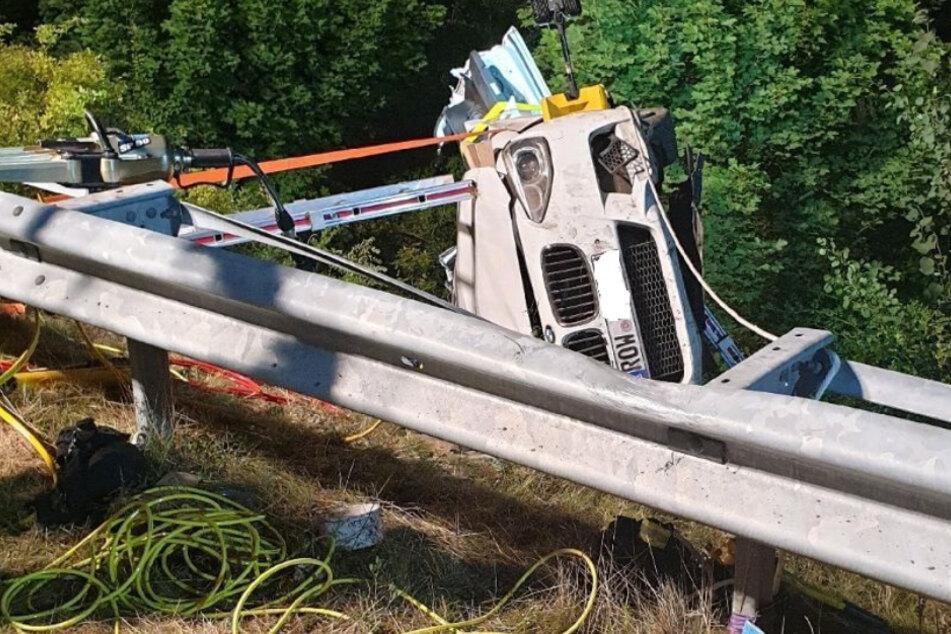 Schwerer Unfall auf der Autobahn: BMW kracht Böschung hinunter