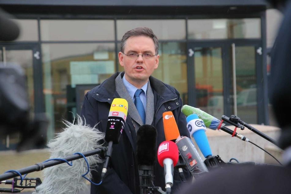 Der Sprecher der Oberstaatsanwaltschaft Jürgen Schmidt bei der Pressekonferenz am Nachmittag in Dresden.