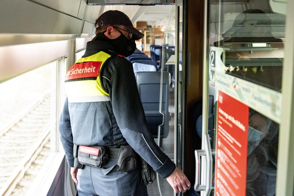 Auch in den Zügen wird die Mund-Nase-Bedeckungspflicht kontrolliert.