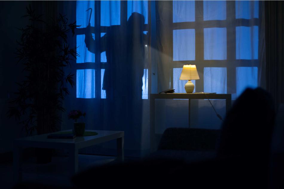 Schlafende Seniorin überfallen: Gangster-Trio stand plötzlich im Schlafzimmer!