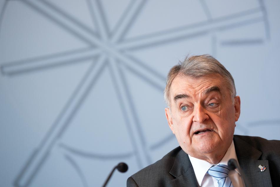 """Innenminister Reul (68, CDU) äußerte sich klar zu den antisemitischen Vorfällen und gab an, """"ohne jegliche Toleranz"""" vorgehen zu wollen."""