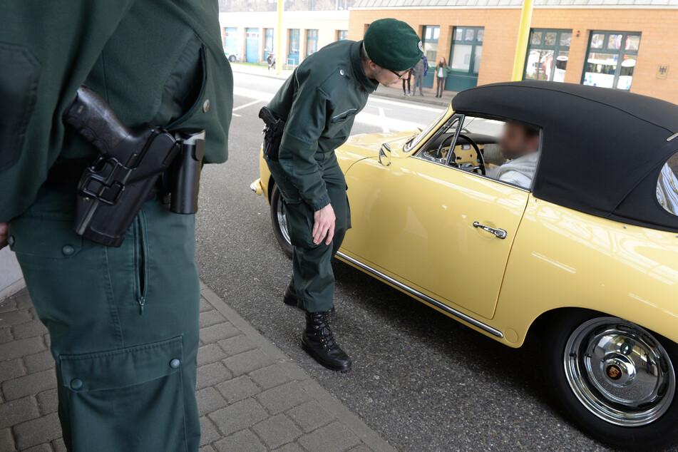 An der deutsch-schweizerischen Grenze bei Bietingen im Kreis Konstanz gingen Kontrolleuren drei Schmuggler mit großen Geldbeträgen ins Netz. (Archiv- und Symbolbild)