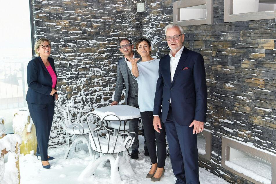 Stehen im Schnee der Kältekammer: Tourismus-Ministerin Barbara Klepsch (55, CDU, v.l.n.r.), Schirgiswalde-Kirschaus Bürgermeister Sven Gabriel (43), CDU-Landtagsabgeordnete Patricia Wissel (45) und Hotelchef Rüdiger Schumann (75).
