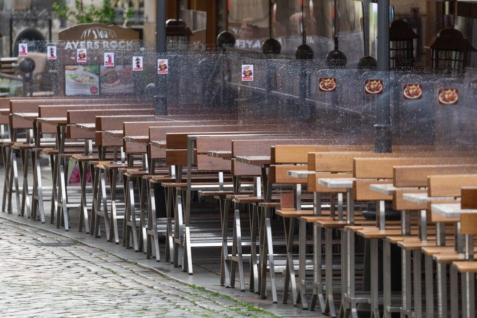 Bereits im Frühjahr 2020 waren überall leere Tische in Dresden zu sehen, wie hier in der Münzgasse. Nun wird ein konkreter Öffnungsplan von Sachsens Gastgewerbe verlangt.