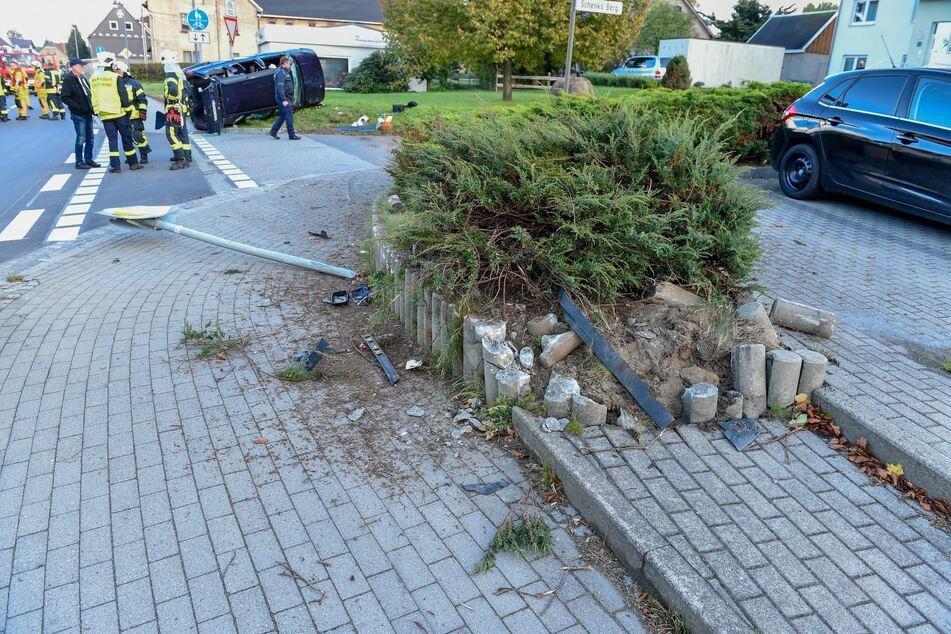 Eine Mauer wirkte wie ein Katapult, über das der VW schoss und auf der Seite landete.