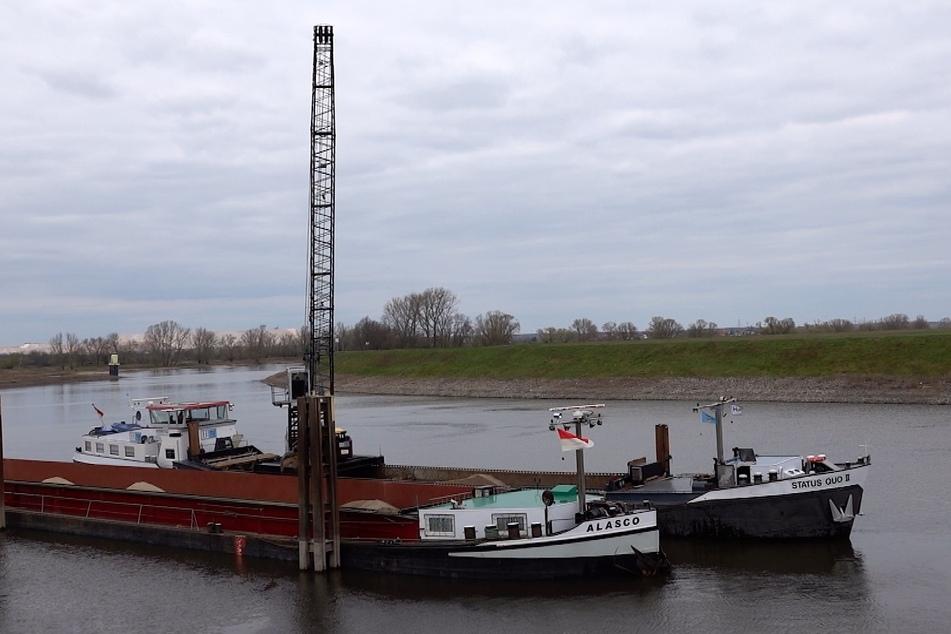 """Um die """"Alasco"""" leichter zu machen, wurden tonnenweise Kies auf zwei weitere Schiffe umgeladen."""