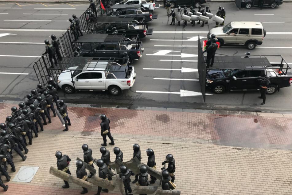 Der Unabhängigkeitsplatz ist mit Metallgittern gesperrt und von Hundertschaften der Polizei umstellt.