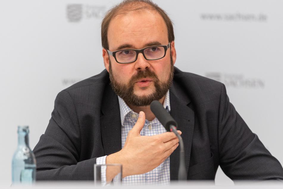 Christian Piwarz (CDU), Kultusminister von Sachsen, spricht während dem Corona-Pressebriefing im Innenminiserium zu weiteren Lockerungen in der Corona-Krise.