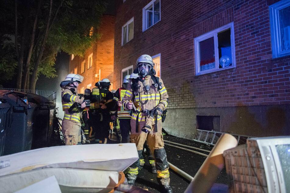 Zahlreiche Feuerwehrleute und Mitarbeiter der Stadt waren im Einsatz, um das Feuer zu löschen und die Bewohner in Sicherheit zu bringen.