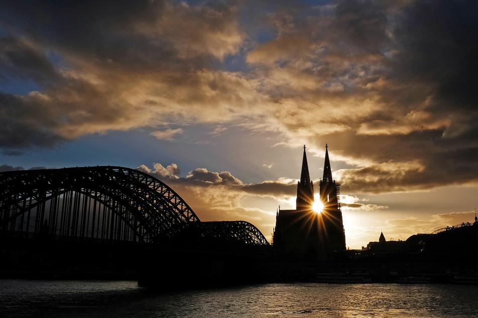Die bekannte Kölner Skyline: die Hohenzollernbrücke und der Dom.