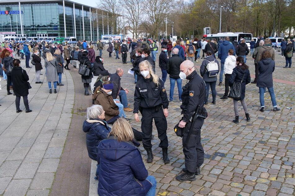 Polizisten und Demonstranten in Bremen.