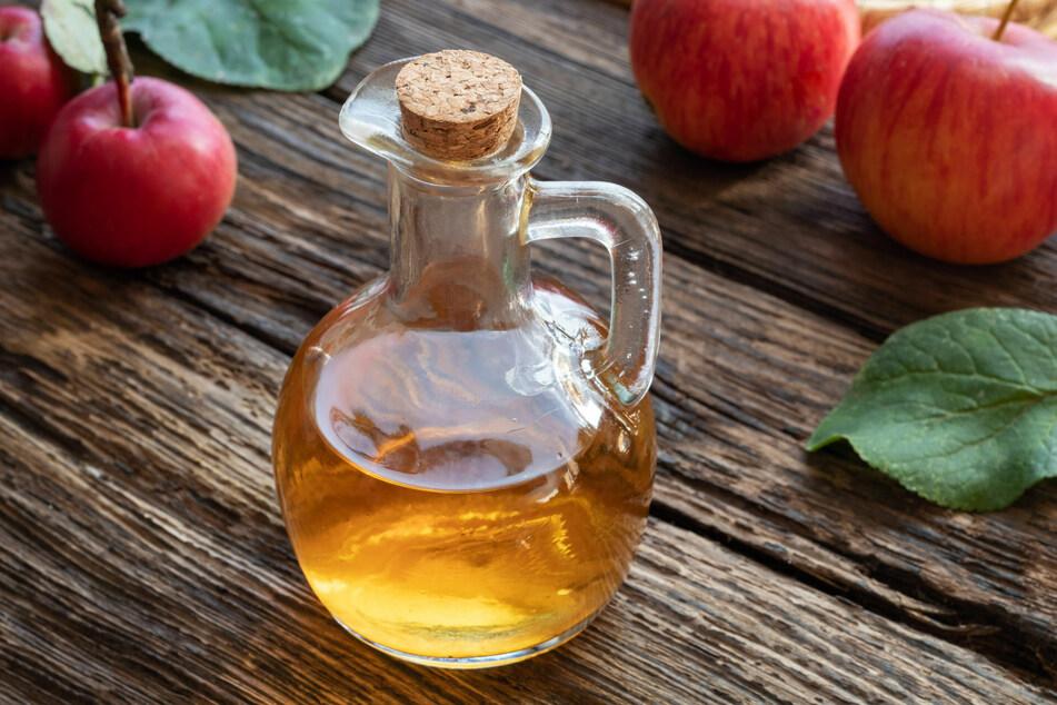 Apfelessig kann selbst hergestellt oder als fertiges Produkt gekauft werden.