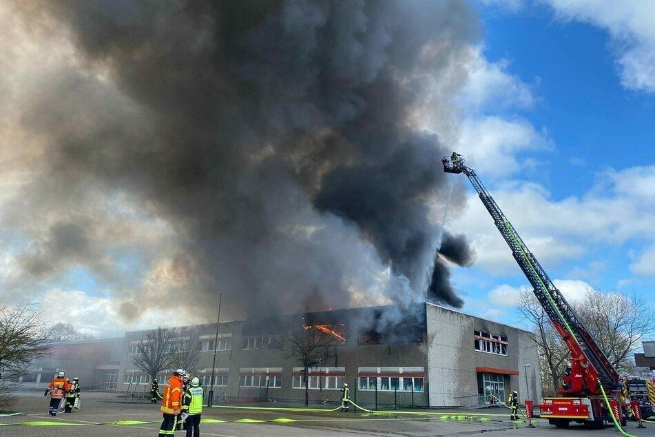 Dunkler Rauch steigt aus dem Gebäude der Marion-Dönhoff-Oberschule in Wilhelmshaven auf.