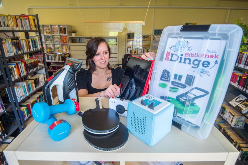 In der Bibliothek der Dinge verleiht Anne Rombach (31) auch Hanteln, Tischtennisschläger, Kameras, Reinigungs-Geräte und Tablets.
