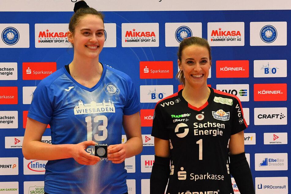 Lenka Dürr (30, r.) und Ashley Evans (26) wurden nach der Partie zwischen dem DSC und dem VC Wiesbaden als beste Spielerinnen geehrt.