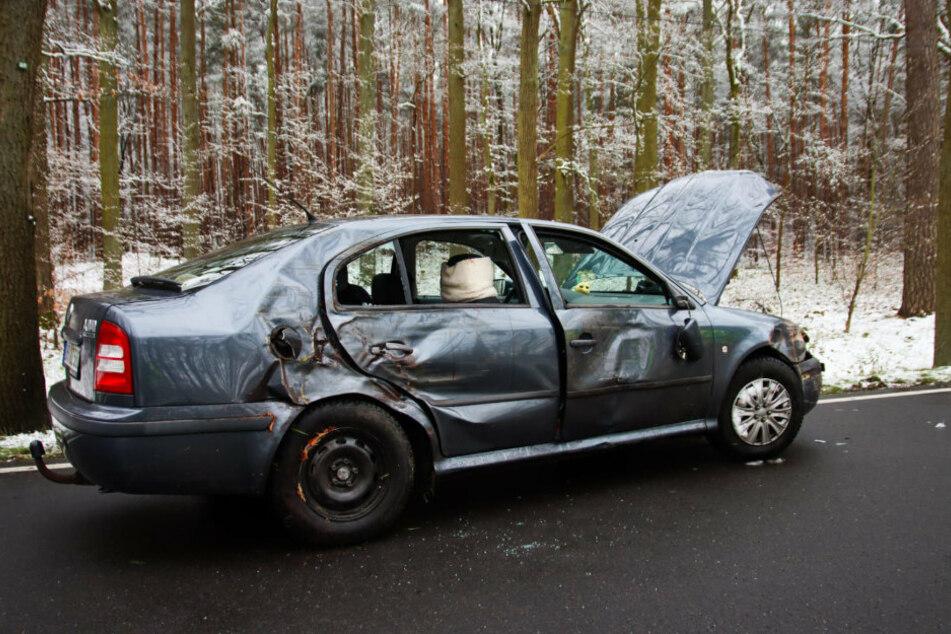 Bei einem Glätteunfall nach ergiebigem Schneefall in Brandenburg sind fünf Menschen verletzt worden.