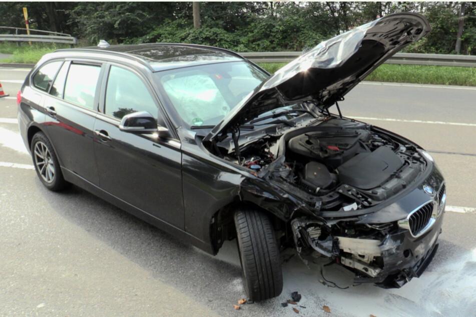Der BMW und ein VW Golf wurden bei dem Unfall stark beschädigt.