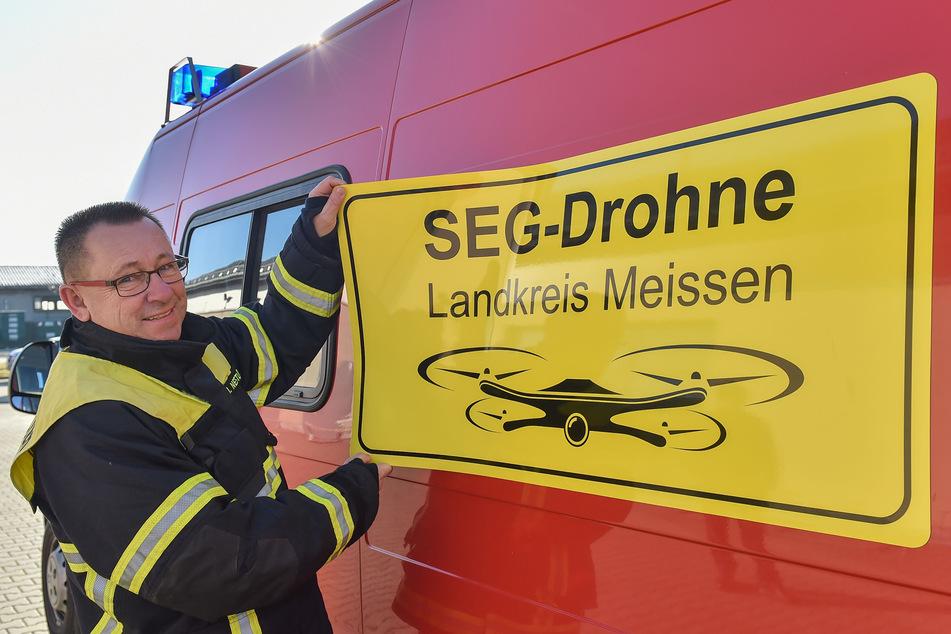 Für den Drohnenwagen musste Kreisbrandmeister Ingo Nestler (59) auch neue Schilder organisieren.