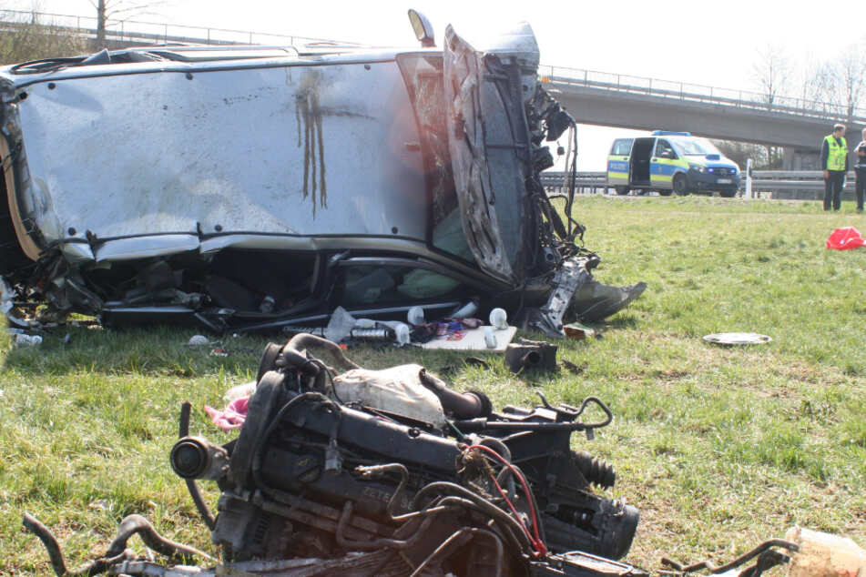 Auto überschlägt sich: 44-Jähriger stirbt noch an der Unfallstelle
