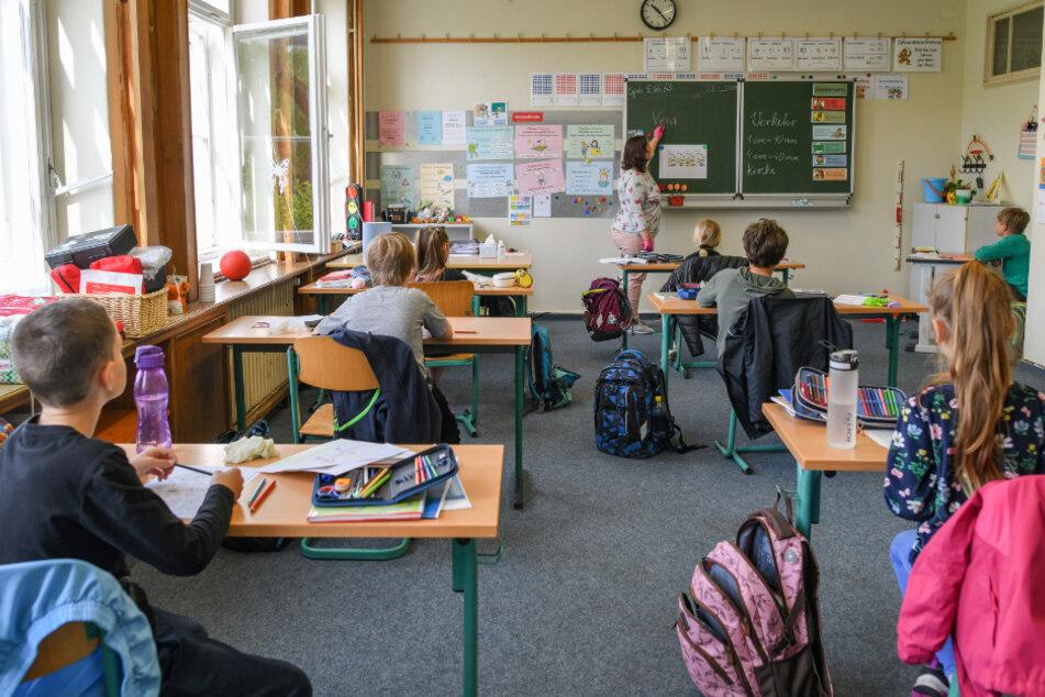 Noch herrscht Abstand zwischen den Schülern dieser Klasse, doch im Norden soll die Regel bald wegfallen. (Symbolbild)