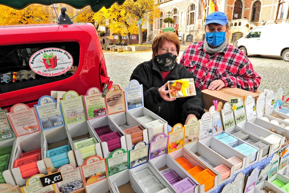 Ramona (59) und Steffen Merboth (59) aus Waldkirchen verkaufen auf Märkten Natur-Seifen. Sie hoffen auf Weihnachtsmärkte.