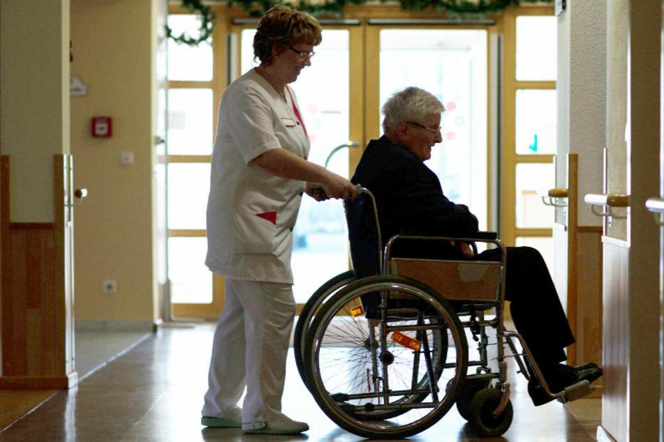 Brandenburgs Altenpflegekräfte dürfen sich auf eine Bonus-Zahlung freuen. (Symbolfoto)