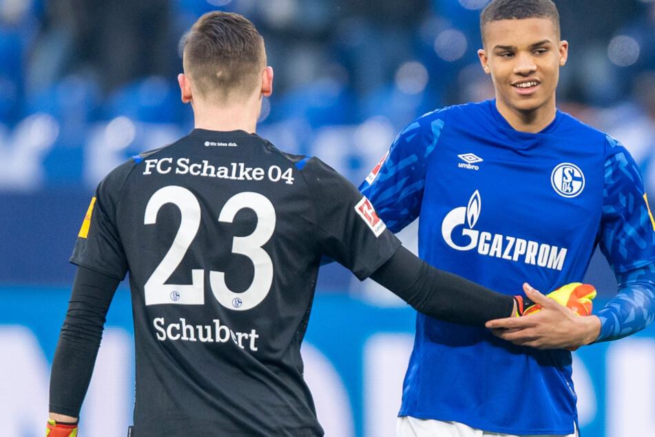 Schalkes Torwart Markus Schubert (l.) und Malick Thiaw klatschen sich nach dem Schlusspfiff gegen die TSG 1899 Hoffenheim ab. Es war Thiaws Debüt.