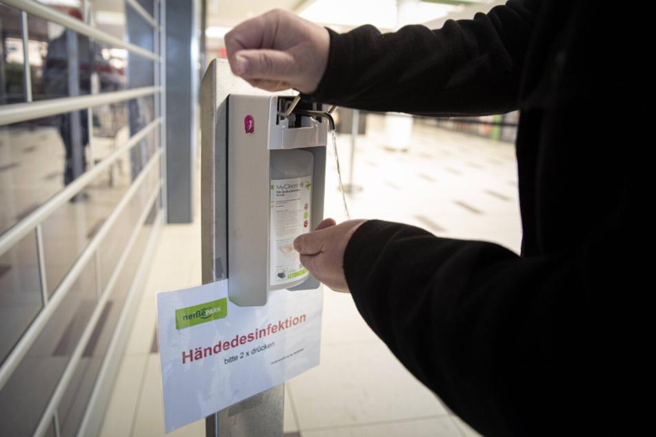 Desinfektionsmittelspender finden sich vor allem größeren Märkten und Einkaufszentren.
