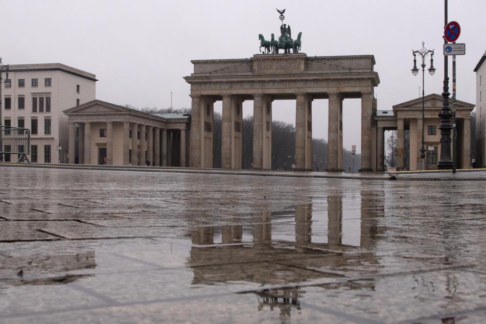 Berlin: Frau will sich nicht kontrollieren lassen: Polizei schlägt Autoscheibe ein