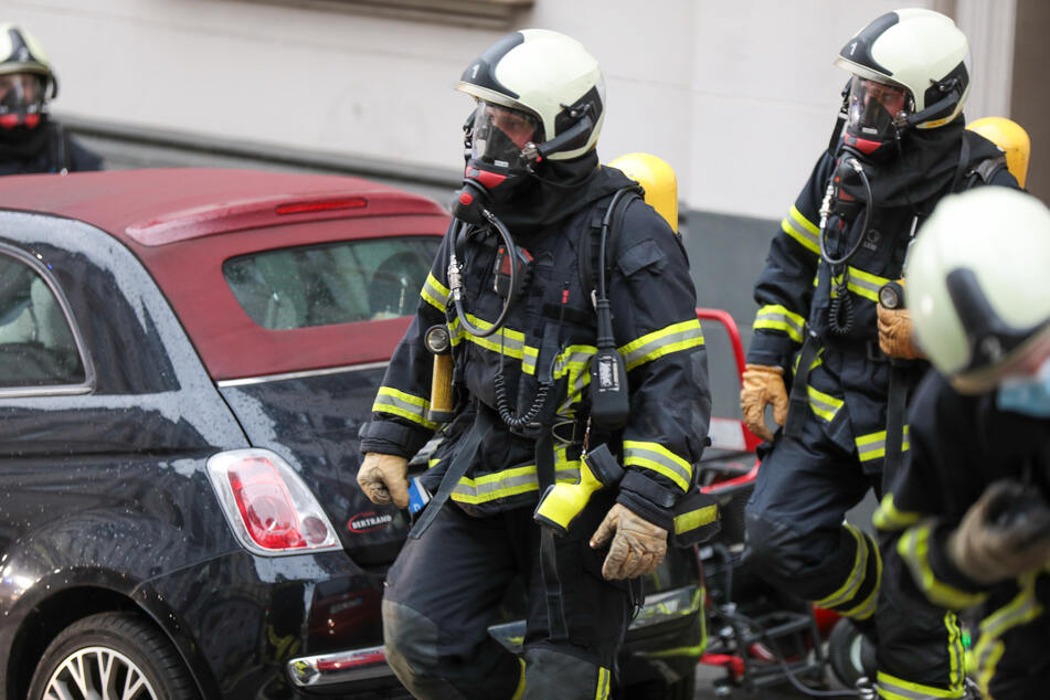 Feuerwehrleute retteten die 86 Jahre alte Dame aus ihrer Wohnung.