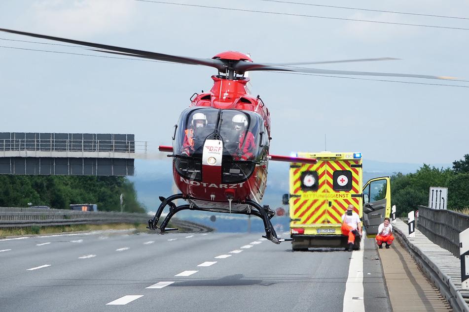 Mit dem Hubschrauber wurde eine schwer verletzte Person ins Krankenhaus geflogen.