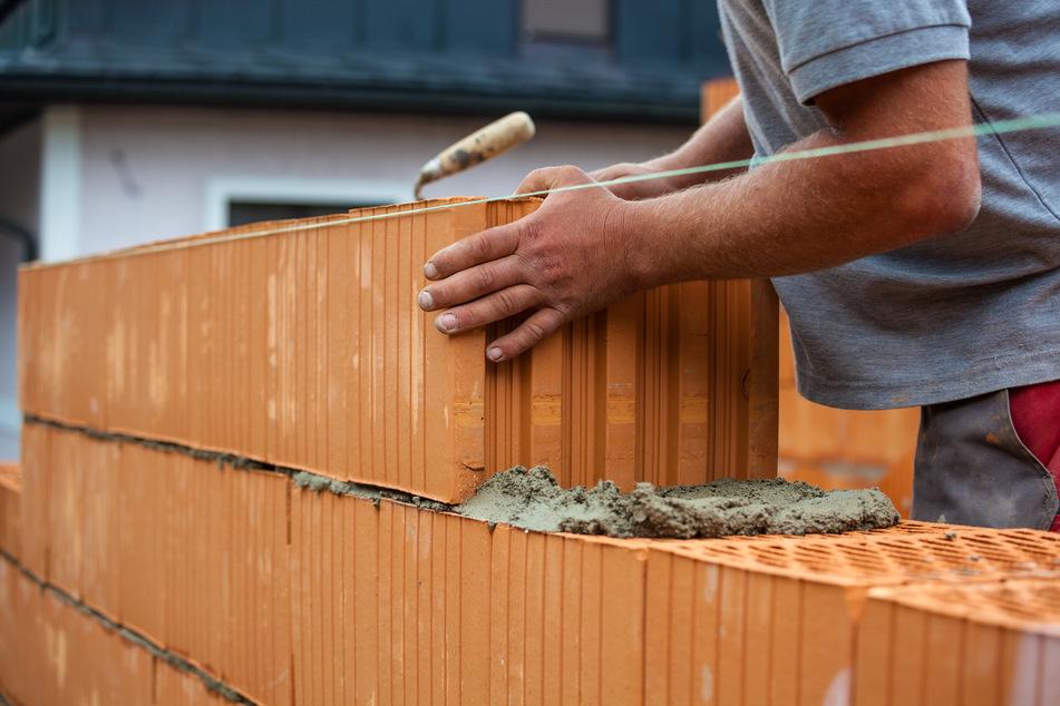 In einigen Regionen des Erzgebirges müssen Hausbauer künftig tiefer in die Tasche greifen. Der Freistaat schreibt neue Schutzmaßnahmen gegen Radonbelastung vor (Symbolbild).