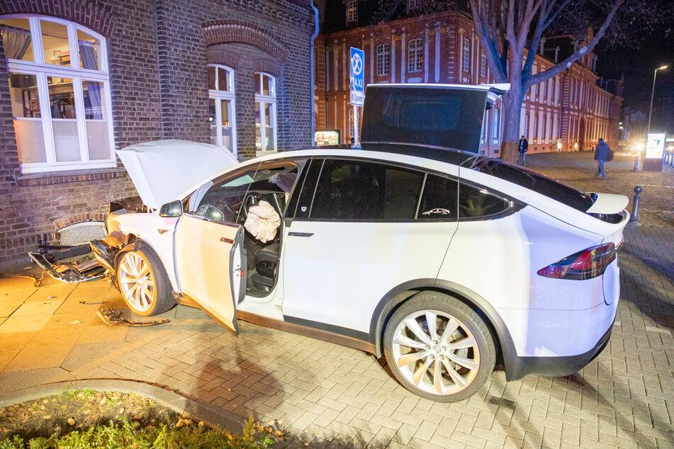 Teurer Tesla X kracht frontal gegen Hauswand!