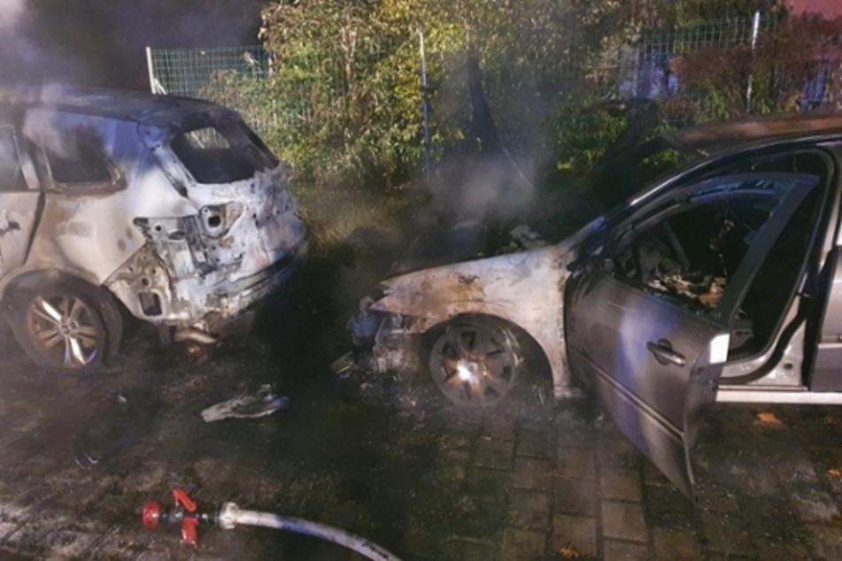 Zwei Renaults fingen in Werdau auf einem Parkplatz Feuer.