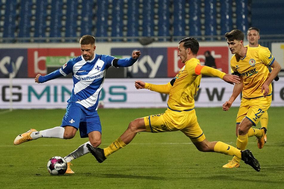 Lilien-Kicker Tobias Kempe (l.) hat es im Zweikampf mit Dominik Wydra (m.) und Danilo Wiebe zu tun.