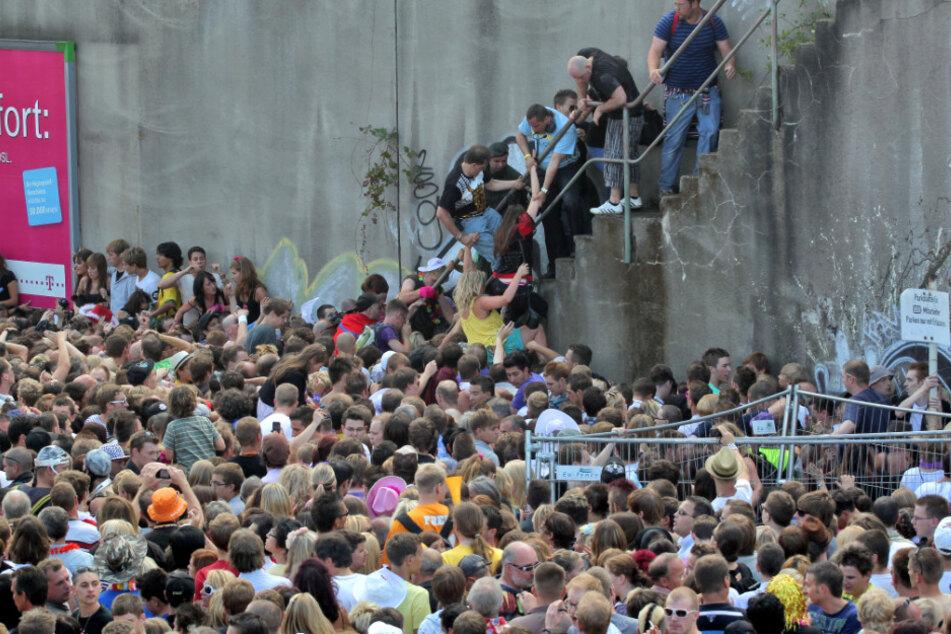 Kurz vor dem Unglück bei der Loveparade am 24.07.2010 stehen Menschen dicht gedrängt an einem Tunnelausgang in Duisburg (Nordrhein-Westfalen).